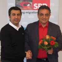 Der neue Vorsitzende Francesco Abate mit seinem Vorgänger Arif Tasdelen